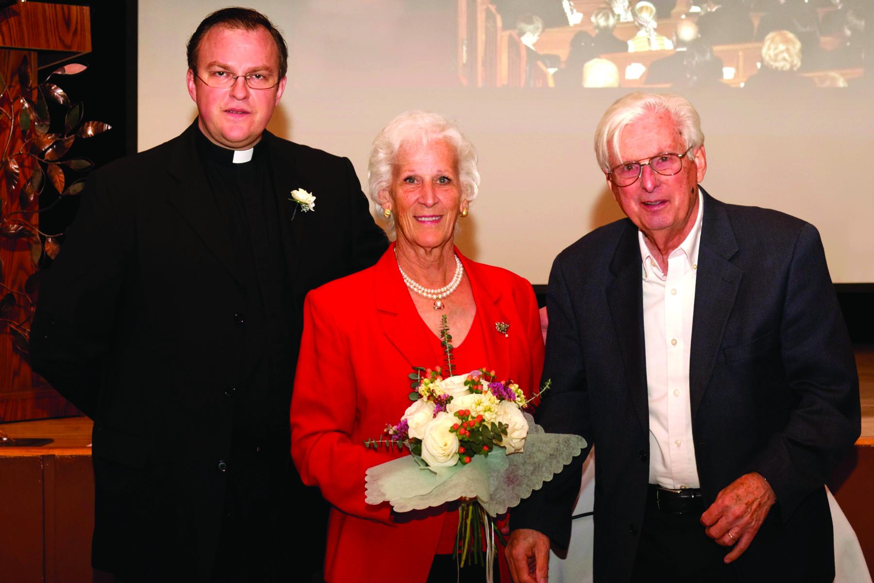Kun. Tomas Karanauskas (k.) su Valerija ir Vytu Ruzgiais.