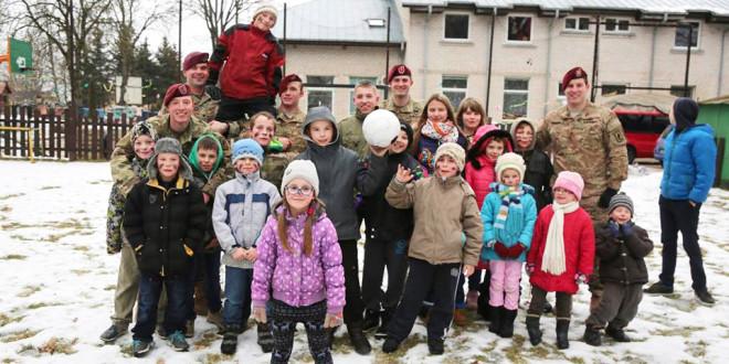 Paparčių Šv. Juozapo šeimos vaikai pozavo su amerikiečių kariais.