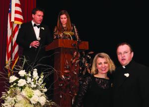Parapijos tarybos pirmininkas dr. Vėjas ir Margarita Skripkai (k.) ir Žydra van der Sluys su kun. Tomu Karanausku.