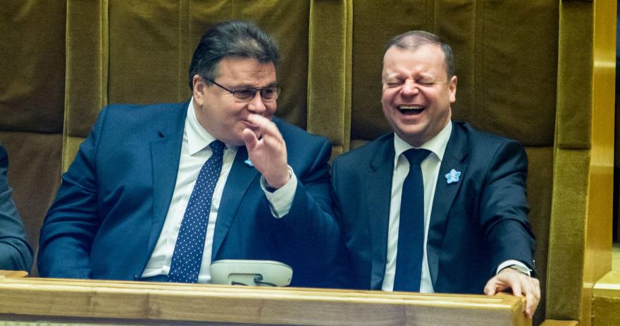 Internautai nerimsta spėliodami, ką ministras Linas Linkevičius tokio smagaus pasakoja premjerui Sauliui Skverneliui.