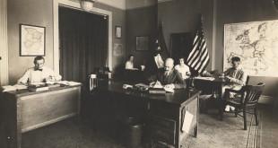 Pirmoje nuotraukoje (biuras1): Lietuvių informacinis biuras Washingtone 1917–1918 metais. Prie pirmo stalo sėdi Balys Mastauskas, prie antrojo – Julius Kaupas, prie durų Kazys Česnulis. Moterys nuotraukoje – biuro darbuotojų sekretorės.