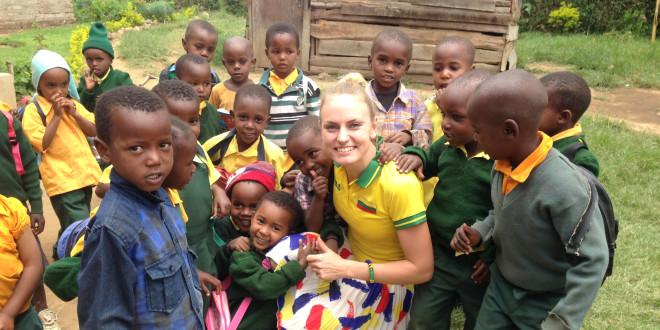 Ilgųjų nuotolių bėgikė Monika Juodeškaitė moko Afrikos vaikus anglų kalbos ir pasakoja apie Lietuvą.