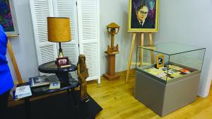 Parodoje – asmeniniai poeto daiktai iš jo namų Los Angeles.