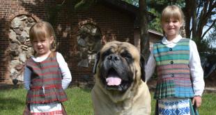 """Karliukas su savo """"sesėmis"""" Paula (k.) ir Kamile."""