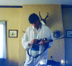 Sabonis apžiūrinėja A. Garolio šautuvą (1996 m. apsilankymas Portlande).