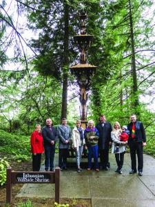 Tiek LF, kurio valdybos pirmininkas Marius Kasniūnas pirmąkart lankėsi Portlande (trečias iš d.), tiek Grotto parke lietuvių pastatytam koplytstulpiui šiemet sukanka 55 metai.