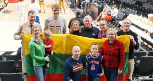 """Prieš NBA sezono rungtynes Portlande (Oregono valst.) tarp vietinės """"Trail Blazers"""" ir New Yorko """"Knicks"""" su Mindaugu Kuzminsku susitiko lietuvių bendruomenės nariai."""