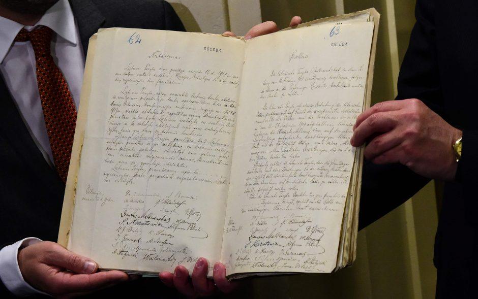 Nepriklausomybės aktas kairėje, jo vertimas į vokiečių kalbą - dešinėje