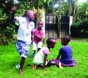 Vaikų žaidimai dainuojant ir gaudant vienas kitą.