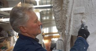 Skulptorius K. Balčiūnas darbuojasi prie J. Vileišio skulptūros.