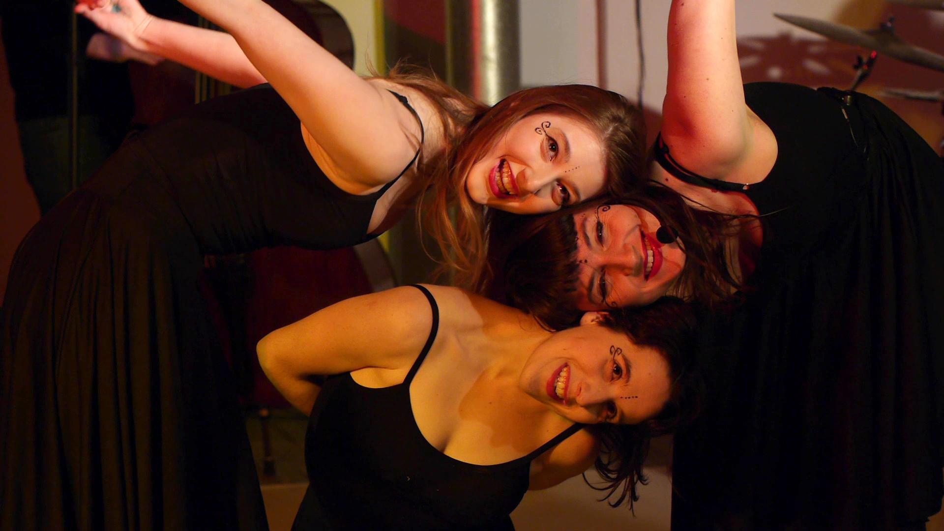 """Simona Minns (pirma iš d.) – """"Bado meistras"""" spektaklio režisierė, choreografė ir artistė."""