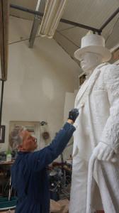 Skulptorius K. Balčiūnas jau baigia kurti J. Vileišio skulptūrą.