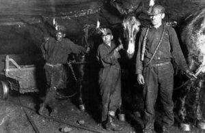 Vyrai ir berniukai šitaip kasė anglis giliai po žeme.