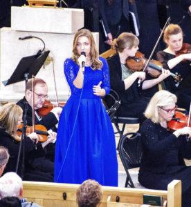 """Solistė Agnė Giedraitytė atlieka dainą """"Kai tu šalia"""" (You raise me up)."""