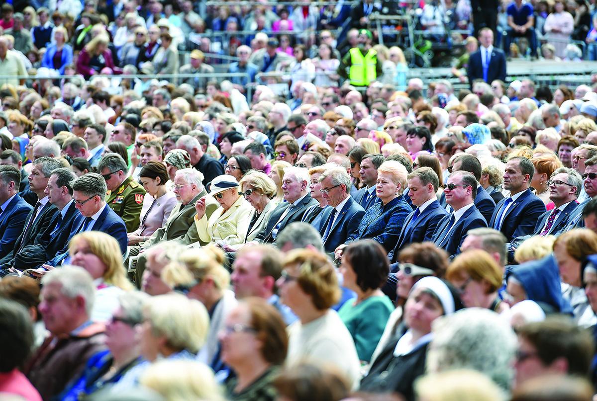 Iškilmėse dalyvavo kelios dešimtys tūkstančių žmonių, tarp jų ir Prezidentas Valdas Adamkus su žmona Alma (viduryje).