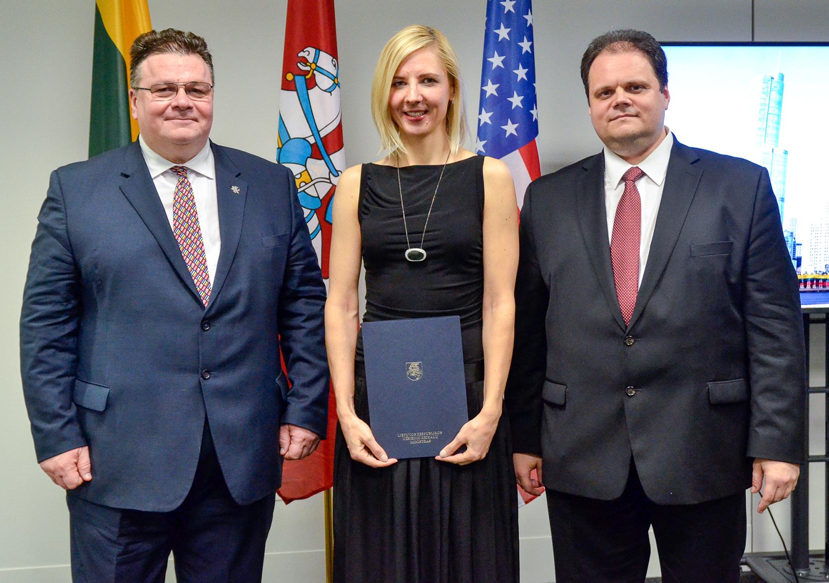 Iškilminga akimirka – su LR užsienio reikalų ministru Linu Linkevičiumi (k.) ir generaliniu konsulu M. Gudynu.