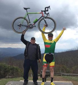 Juozas su savo tėvu, profesionaliu dviratininku Vytautu Martynaičiu.