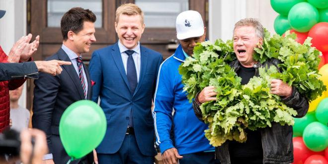 """Aktorių W. Shatner, turintį lietuviškų šaknų, pasveikino """"Go Vilnius"""" vadovas Darius Udrys (k.) ir Vilniaus meras Remigijus Šimašius."""