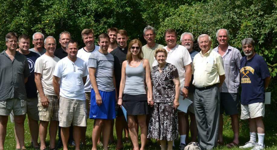Praėjusių metų suvažiavimo dalyviai. Dainavos jaunimo stovyklos tarybos pirmininkė Dana Rugieniūtė – viduryje.
