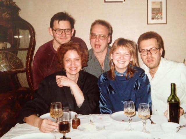 Vienas iš PLSS ir PLSSS įkūrėjų – Arūnas Povilas Paliulis (stovi antras iš k.) su žmona Karolina (antra iš d.) draugų rate Paryžiuje, 1988-aisiais.