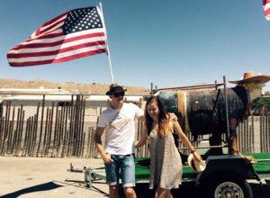 Prieš septynerius metus po Ameriką keliavę M. ir E. Bekešiai įsiamžino Arizonoje.