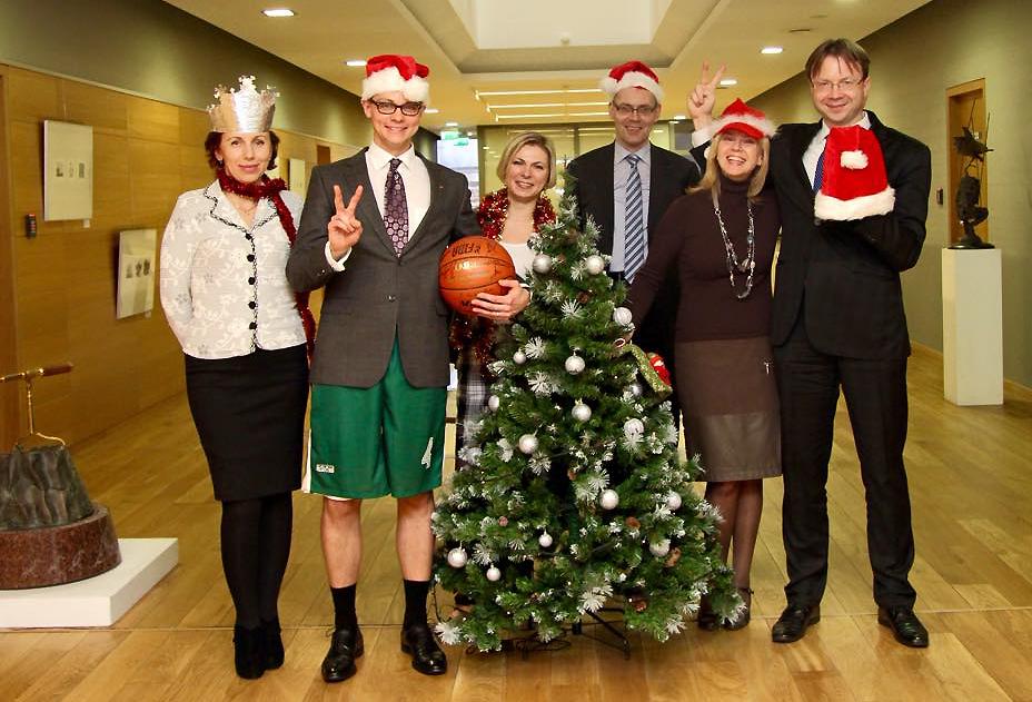 Prieš vienas Kalėdas grupė URM darbuotojų tapo snieguolėmis ir nykštukais (M. Bekešius antras iš k., pirmas iš d. LR ambasadorius JAV Rolandas Kriščiūnas