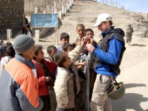 M. Bekešius bendrauja su Afganistano vaikais.