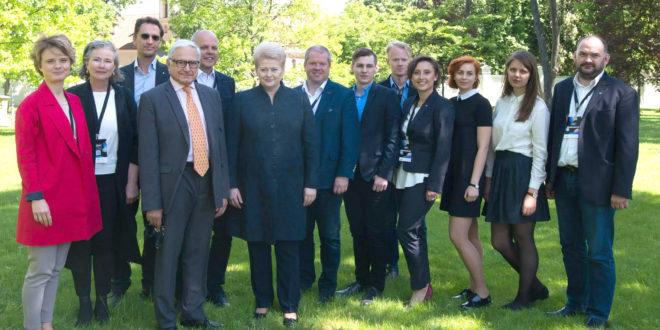 """Virtualios iniciatyvos """"Lietuva 4.000.000"""" komanda ir šio projekto globėja LR prezidentė Dalia Grybauskaitė."""