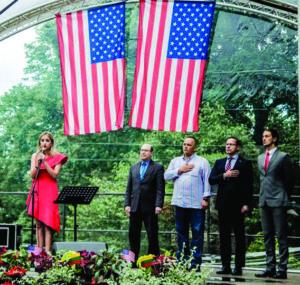 Šventės atidaryme JAV ir Lietuvos valstybinius himnus atliko dainininkė Iglė Bernotaitytė. Stovi (iš k.): JAV ambasadorės Lie