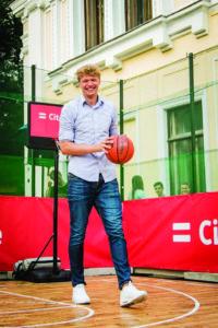 Krepšininkas Mindaugas Kuzminskas surengė krepšinio turnyrą po atviru dangumi.