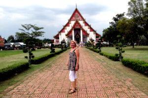 """Gyvendama Tailande Laima Vincė parašė kelionių knygą apie Aziją """"Digging a Hole to China""""."""