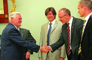 """Su LR prezidentu Valdu Adamkumi susitikimo su LGUVO """"Sugrįžus"""" nariais 2009 m."""