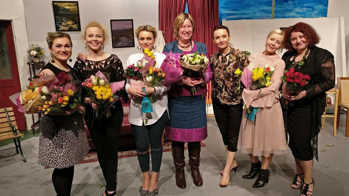 """Airijos lietuvių teatras """"Alternatyva Alternatyvai"""" pastatė spektaklį pagal Laimos Vincės pjesę """"Žygis prie jūros"""". Laima Vincė (ketvirta iš k.) kartu su aktorėmis po spektaklio premjeros Dubline, Airijoje."""