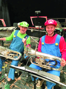 """""""River City Brass"""" eufonijos sekcija. Algirdas Matonis (d.) vilki kostiumą iš """"Super Mario"""" Halloween programos kartu su kolega Mike Dingfelder."""