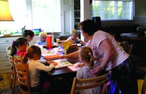 """Leipų šeimos vaikai šeštadienius Amerikoje leisdavo mokydamiesi lietuvių kalbos ir gramatikos. 2006-aisiais metais suburtas švietėjiškas būrelis išaugo į San Francisco lituanistinę mokyklą """"Genys""""."""