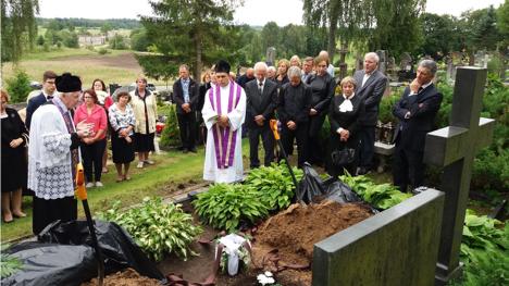 Atsisveikinimo su Mečislovu Algirdu Čepėnu apeigas Daugailių kapinėse veda kun. Juozas Čepėnas (k.) ir parapijos klebonas Saulius Kalvaitis.