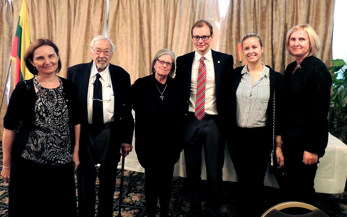 Iš k.: muziejaus atstovai – Karilė Vaitkutė, Stanley Balzekas Jr. su svečiais Erika Brooks, Mantvydu Bekešiumi ir jo žmona Egle, bei muziejaus programų direktore Rita Janz.