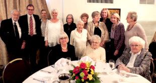 Atminimo renginyje – (iš k.) S. Balzekas Jr., Lietuvos generalinis konsulas Čikagoje M. Bekešius su žmona Egle nusifotografavo kartu su muziejaus moterų gildijos narėmis ir M. Krauchunas bendražygėmis.