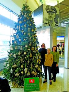 Dar pernai Midway oro uoste M. Krauchunas kartu su Balzeko muziejaus darbuotojomis Rita Janz (k.) ir Karile Vaitkute puošė eglę.