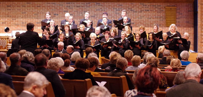 Žiūrovus žavėjo bažnyčioje skambančios religinės giesmės.