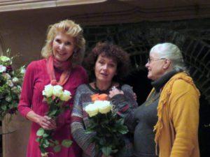 Iš k.: mecenatė Jūratė Kazickaitė, rašinio konkurso Rokiškyje nugalėtoja Alina Valantinavičienė ir konkurso organizatorė Vijolė Arbas.