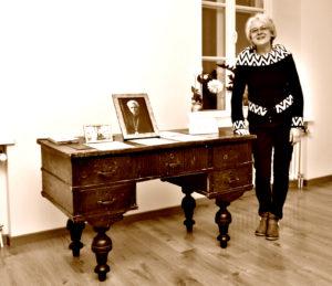 Vaižganto rašomasis stalas, kurį grąžino muziejui prof. Aldonos Vaitiekūnienės dukra Aušra Vaitiekūnaitė.