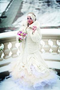 Dizainerė Nadežda Smoriginienė savo vestuvių dieną su pačios kurta suknele iš marlės.