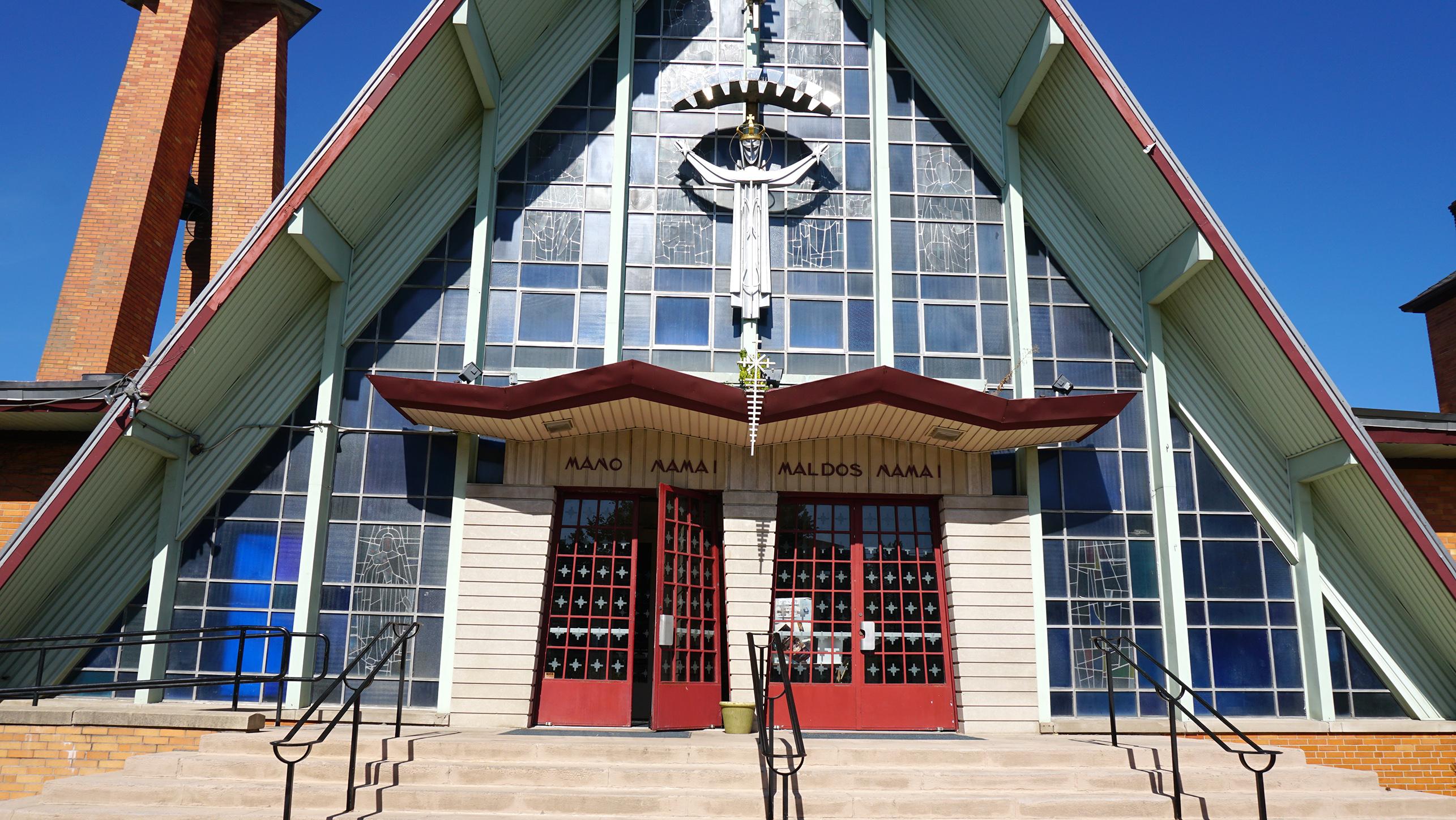 Vienas lietuviškiausių pastatų New Yorke – Atsimainymo lietuvių bažnyčia. Architektas J. Mulokas ir interjero kūrėjas V. K. Jonynas čia mėgino tęsti tarpukario Kauno architektų pradėtas paieškas: sukurti naują lietuvišką stilių – modernų, bet tautinį.