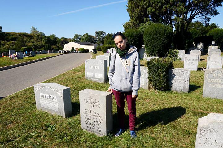 """Projekto dalyvė Aistė Žemaitienė prie Antano Škėmos kapo New Yorke, """"Cypress Hill"""" kapinėse."""