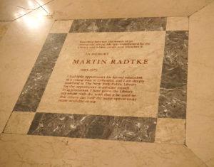 Prie didingos New Yorko bibliotekos įėjimo – atminimo lenta, skirta iš Lietuvos kilusiam Martin Radtke atminti