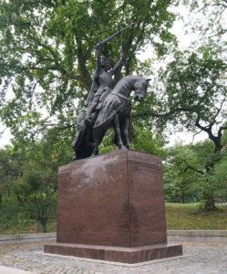 Jogailos skulptūrą Centriniame New Yorko miesto parke puošia Vyčiai.