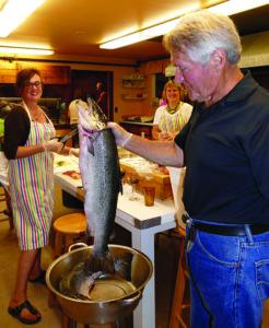 Norbertas Lingertaitis ruošia žuvį rūkymui.