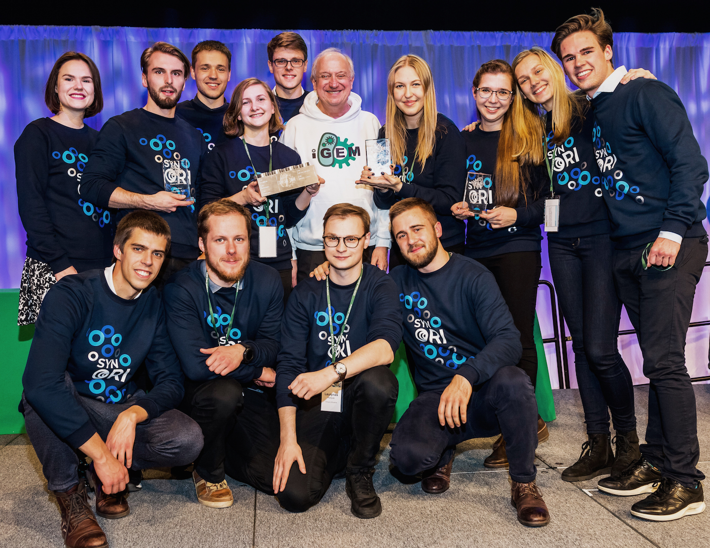 """Vilnius-Lithuania iGEM 2017"" komanda kartu su ""iGEM"" prezidentu Randy Rettberg (antroje eilėje šeštas iš k.)."