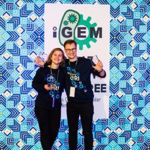 """""""Vilnius-Lithuania iGEM 2017"""" komandos nariai Auksė Gaižauskaitė ir Laurynas Karpus džiaugiasi apdovanojimais."""